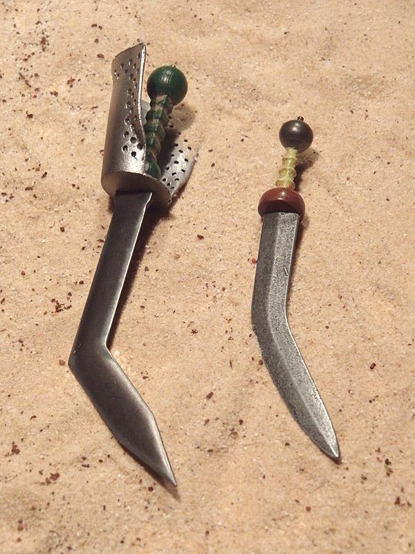 Sica Spartacus und Sica Celadus (Kaustic Plastik) im Größenvergleich